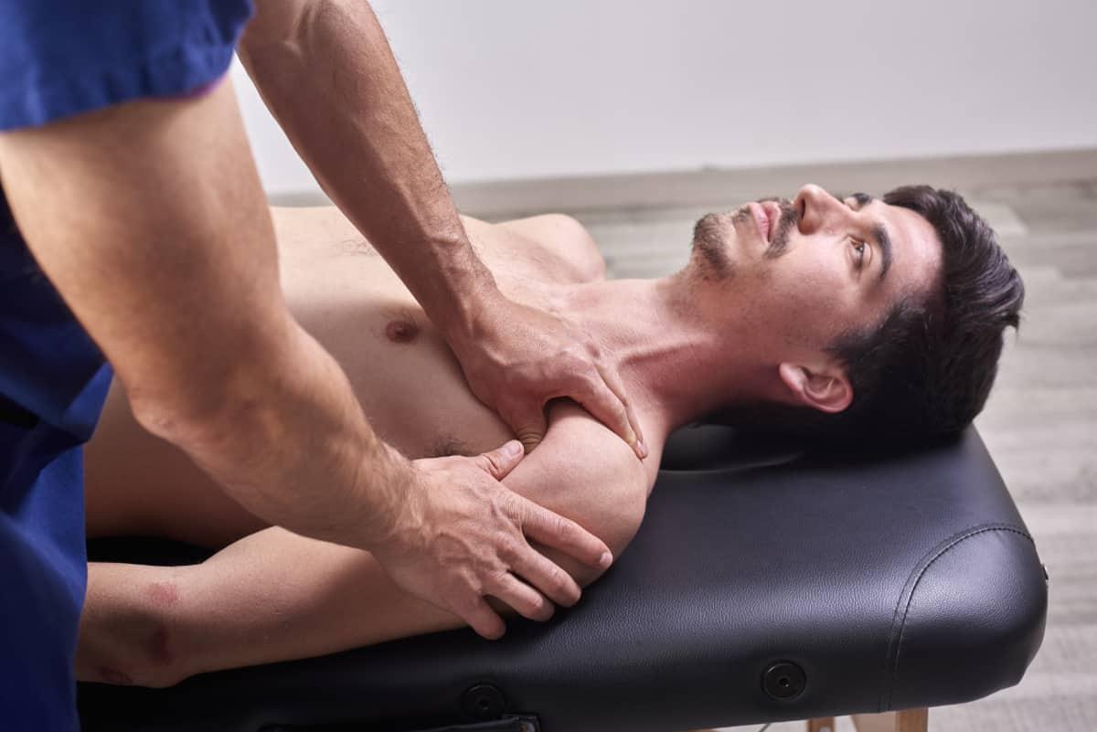 Mężczyzna wtrakcie rehabilitacji. Protezoplastyka stawu barkowego - odczego zależy rodzaj stosowanej protezy