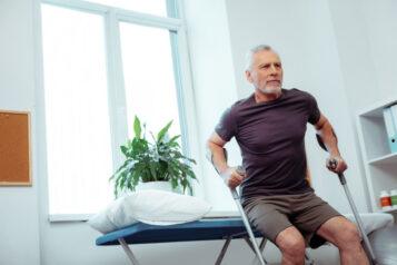 Mężczyzna wstaje złóżka okulach. Dwa dni poendoprotezie biodra - czymożna już normalnie funkcjonować?