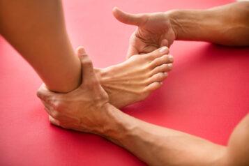 Ortopeda diagnozuje stopę pacjentki - Nowoczesne metody leczenia palucha koślawego