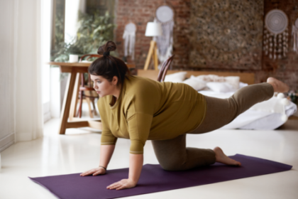 Otyła kobieta ćwiczy na macie. Negatywny wpływ otyłości na narząd ruchu