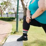 Otyła kobieta ćwiczy wparku. Dobierz sport doswojej wagi, bychronić stawy przedprzeciążeniem
