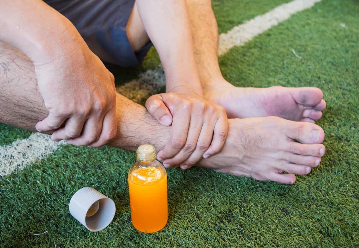Piłkarz trzyma się zabolącą stopę. Najczęstsze urazy piłkarzy zawodowych iamatorów