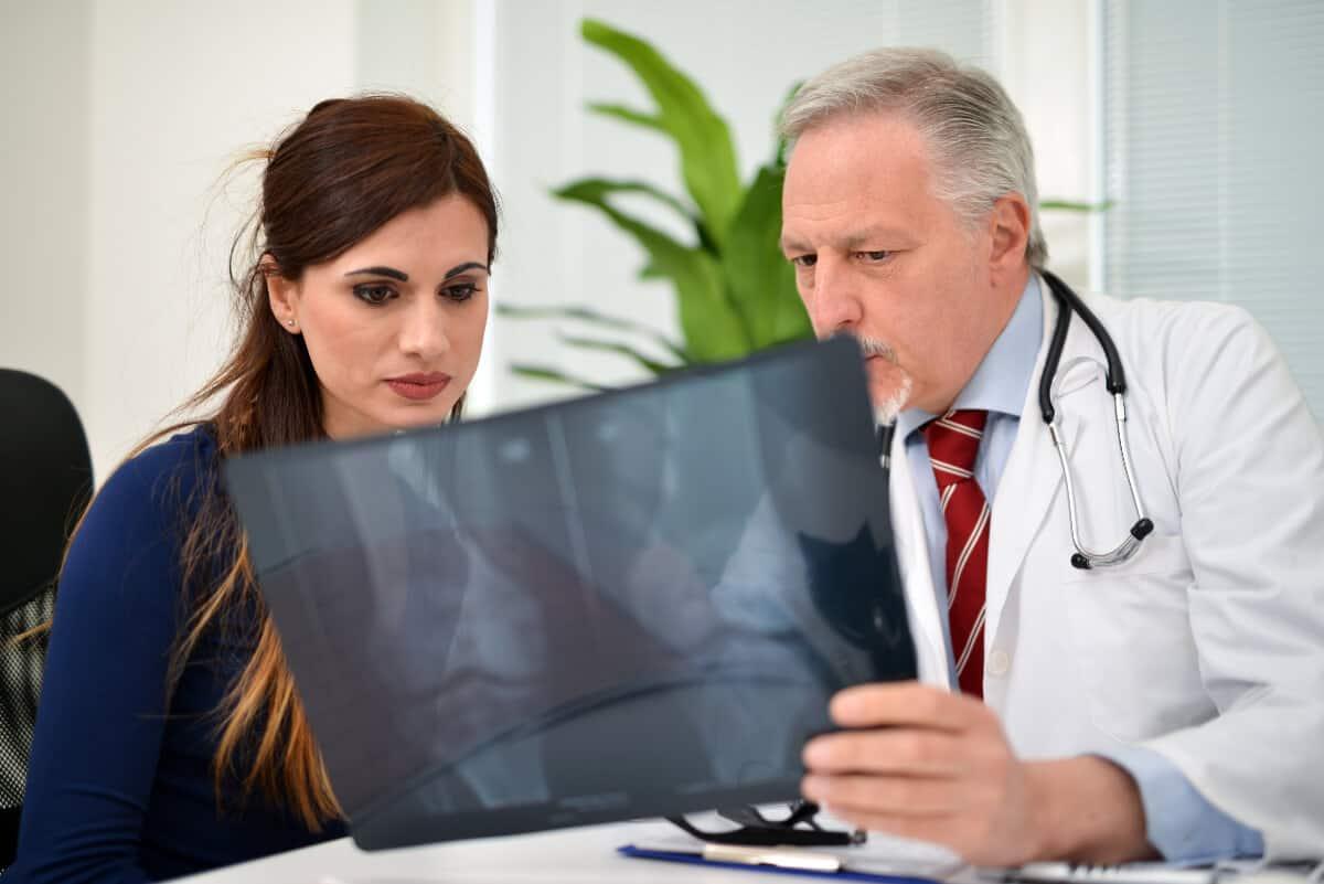 Lekarz omawia zpacjentką zdjęcie rentgenowskie