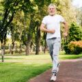 Starszy mężczyzna wtrakcie biegania. Jak endoproteza stawu biodrowego pomogła wrócić dobiegania