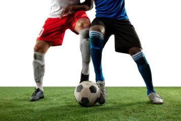 Piłkarze walczący opiłkę. Hubert Matynia ijego kontuzja kolana