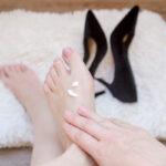 Kobiece stopy, szpilki ikrem dostóp. Skąd biorą się haluksy ijak je można wyleczyć?