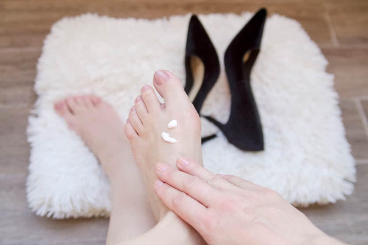 Kobiece stopy, szpilki i krem do stóp. Skąd biorą się haluksy i jak je można wyleczyć?