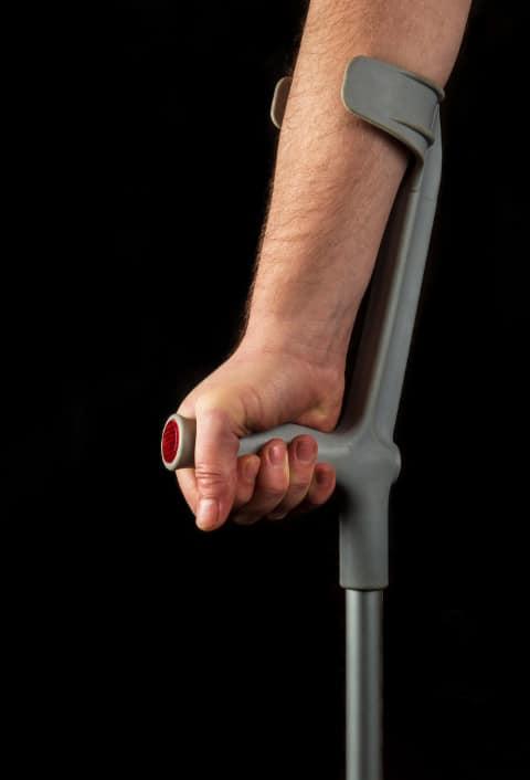 Kobieta zkulą łokciową. Wstawienie endoprotezy stawu biodrowego- rehabilitacja