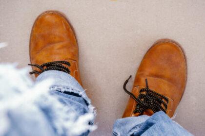 Widok męskich butów. Problemy stóp. Dbaj o właściwe obuwie.
