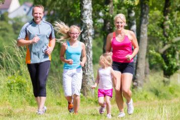 Rodzina biegnie przeztereny zielone. Jak dbać ostawy - co robić iczego unikać