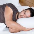 Śpiący mężczyzna. Rola snu wregeneracji - wiesz, jak jest ważna?